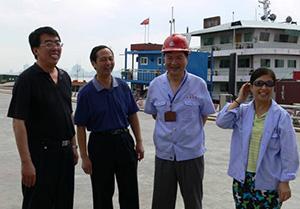 长航局张主席和武汉港贾主席与桥吊司机交谈